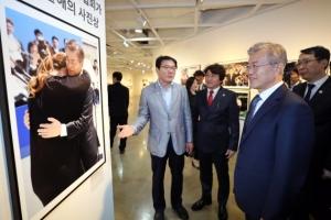 [서울포토] '자신의 사진 물끄러미' 바라보는 문재인 대통령