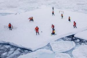 [한 장의 사진] 그린란드 커다란 유빙 위에서 축구를 즐기는 이들