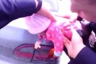 질식사 위기 처한 아기 구한 美 경찰관