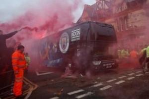 맨시티 버스에 리버풀 팬들 홍염 공격, 그 영향일까 0-3 참패