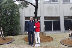 [서울포토] 문 대통령 내외, 식목일 기념 식수