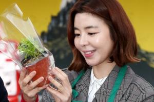 [포토] 김규리 '독도식물 섬기린초 키우세요'
