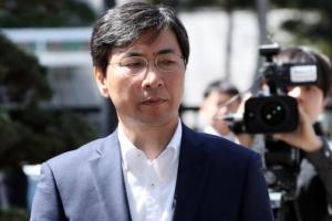 """안희정 첫 재판…""""성관계 위력 없었다"""" 혐의 전면 부인"""
