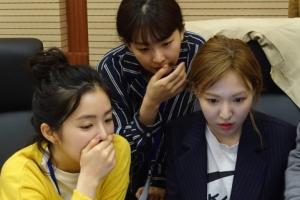 [서울포토] 평양 방문 중 인터넷 이용해보는 레드벨벳