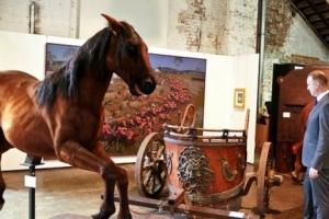 러셀 크로 53번째 생일이자 결혼기념일에 웬 이혼의 예술 경매