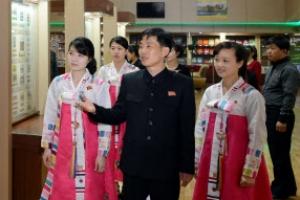 [포토] 태양절 경축 우표 전시회 찾은 북한 여성들