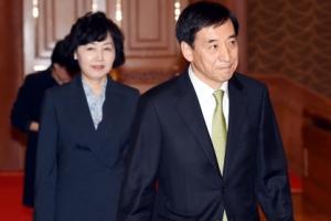 [서울포토] 임명장 수여식에 참석한 이주열 한국은행 총재 부부