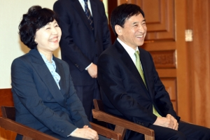 [서울포토] 임명장 수여식서 환하게 웃는 이주열 한국은행 총재 부부