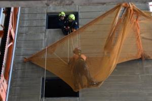 안전망 덕분에…27층서 떨어진 작업자 '구사일생'