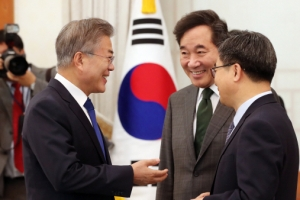 [서울포토] 이낙연 총리, 김동연 경제부총리와 이야기 나누는 문재인 대통령