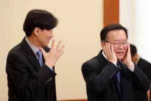 [서울포토] 대화 나누는 조국 민정수석과 김부겸 장관