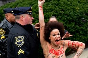 [포토] 빌 코스비 '성폭행' 재판…법정 밖 토플리스 여성 시위