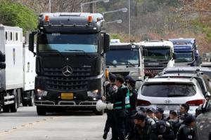 [포토] '사드 기지에 이어진 트레일러 줄'…지난해 반입 장비 반출