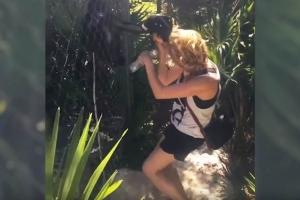 원숭이에게 머리끄덩이 잡힌 여성