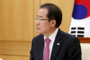 홍준표, 문 대통령에 김기식 임명철회·리비아식 북핵폐기 요구