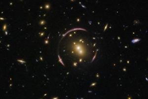 [우주를 보다] 중력이 만든 빛의 마술 '아인슈타인 고리' 포착