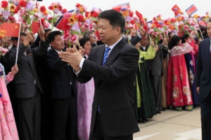 [포토] '평양 도착' 중국 예술단 환영하는 北 주민들