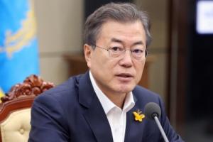 [서울포토] '가슴에 앉은 노란나비' 문재인 대통령의 세월호 추모 리본