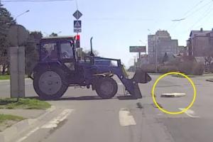 도로 낙하물 발견한 트랙터 운전자의 센스있는 대처
