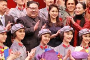 [포토] 北 김정은·리설주, 중국 예술단과 기념촬영