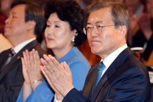 [서울포토] '한반도 안정과 평화를 위한 기원 법회' 참석한 문재인 대통령 부부