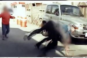 """""""도끼다"""" 0.5초 만에 반응해 흉기 난동 범인 제압한 경찰관(영상)"""