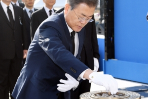 [서울포토] 4.19 혁명 희생자 추모…분향하는 문재인 대통령