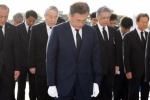 [서울포토] 4.19 민주묘지 묵념하는 문재인 대통령