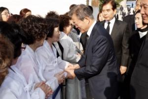 [서울포토] '4.19 혁명' 유가족 만난 문재인 대통령