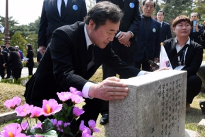 [서울포토] 4.19 혁명 58주년…민주묘지 찾은 이낙연 총리