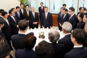 [서울포토] 언론사 사장단과 만난 문재인 대통령