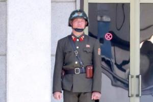 [서울포토] 판문점 경계 근무서는 북한 병사