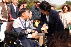 [서울포토] 김정숙 여사, 청와대 방문한 장애인들과 만남