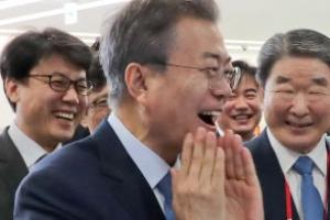 [포토] '고와졌나요?' 문재인 대통령, 화장품 바르며 환한 웃음