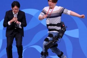 [포토] '내 나이가 어때서~' 실버도 '로봇 수트' 입고 점핑~점핑~