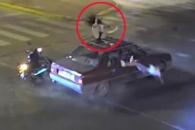교통사고 후 차량 지붕 위 올라간 10대 소녀