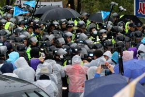 경찰, 사드 장비 반입 반대 주민 강제해산 돌입