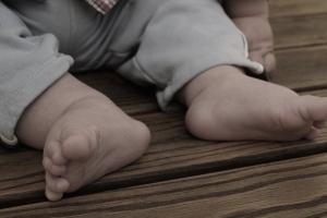 1살 아들 학대…잠 투정한다고 맨발로 베란다 방치·폭행