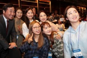 [포토] '여기 보세요~'…기념사진 찍는 이 총리와 여자 컬링 대표팀