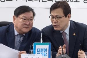 [서울포토] 대화하는 최종구 금융위원장과 김태년 정책위의장