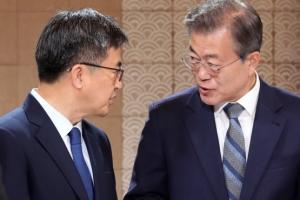 [서울포토] 김동연 경제부총리와 대화하는 문재인 대통령
