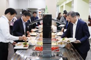 [서울포토] 점심식사후 산책 즐기는 문 대통령