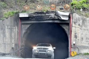 [포토] '구사일생'…정선 철광산 매몰사고 현장 빠져나오는 차량