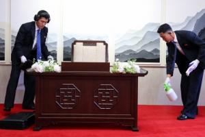 북측 경호원, 김정은 의자와 펜 소독…폭발·도청장치도 확인