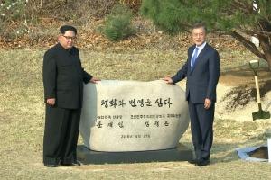 문재인-김정은, 공동 기념식수…'평화와 번영을 심다'