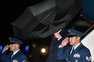 [포토] '트럼프 속 뒤집은 우산'