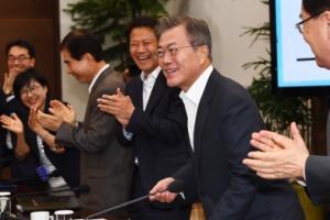 [서울포토] 남북정상회담 성공 축하 박수 받는 문 대통령