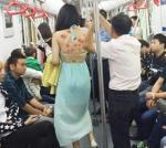 지하철에서 상의 벗고 광고…