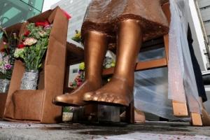 [포토] '두 발이 들리는' 부산 소녀상