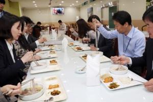 [서울포토] 평양냉면 먹는 임종석 비서실장과 청와대 직원들